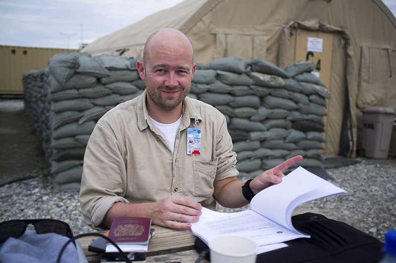 Pretending to work at Kabul International Airport. Relieved to have reached the first base (Foto: Heimken)